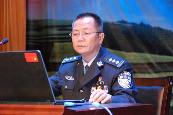 警官�y�-��+_白福安警官做报告